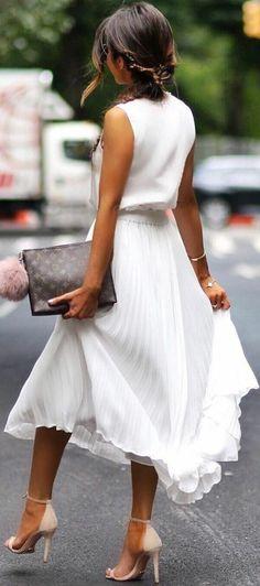 business-kleider-damen-outfit-in-weiss-elegant-in-den-sommertagen-businessdame-absaetze-tasche-lv-mit-dekoanhaenger