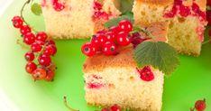 Az omlós kevert süti a joghurttól finom puha lesz. A ribizli jól illik az édes tésztához.