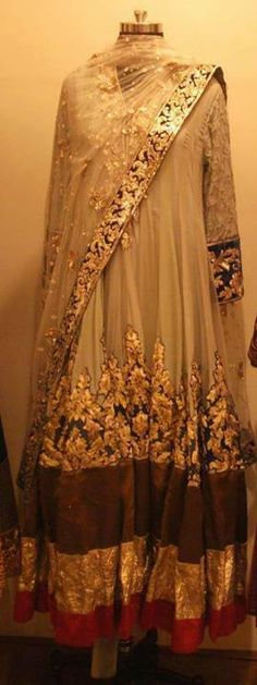 American women know NOTHING about magnificent fashion. Pakistani Couture, Indian Couture, Beautiful Pakistani Dresses, Indian Dresses, Ethnic Outfits, Indian Outfits, Casual Outfits, Designer Suits Online, Designer Dresses