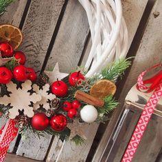 Wianek jest świetnym i oryginalnym pomysłem na prezent! Może chcesz kogoś obdarować?🎁#wianek#katedecowianki#święta#wianekbozonarodzeniowy#dekoracje#dodatkidodomu#ozdoby#ozdobyświąteczne##dekoracjewnetrz#prezent#zima#christmas#xmas#homedecor#handmade#homesweethime#decorations#winter