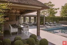 Laat je inspireren door het project: Luxe loungemeubelen bij zwembad. Exclusieve foto's en het verhaal.