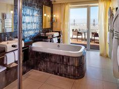 Badezimmer im Sofitel Casablanca Tour Blanche in Casablanca, Marokko Luxury Hotel Bathroom, Beach Bathrooms, Hotel Bathrooms, Deep Soaking Tub, Bathroom Design Small, Bathroom Ideas, Marble Wall, Relax, Floor To Ceiling Windows