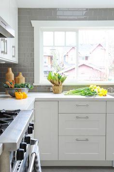 Modern white kitchen backsplash modern kitchen with white cabinets White Marble Countertops, Kitchen Decor Ikea, Kitchen Remodel, Trendy Kitchen Tile, New Kitchen, White Modern Kitchen, Trendy Kitchen Backsplash, Kitchen Tiles, Kitchen Design