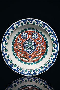 an impressive and large iznik_pottery dish_ottoman turkey circa Turkish Plates, Turkish Tiles, Turkish Art, Turkish Design, Glazes For Pottery, Ceramic Pottery, Pottery Art, Quartz Tiles, Turkey Dishes