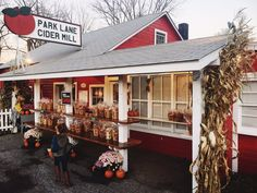You know it's time for some homemade cider when autumn arrives. These 5 cider mills in Connecticut will make your fall complete. New England Travel, New England Style, Homemade Cider, Cider Press, New Milford, Vintage Fall, The Good Old Days, Connecticut, Travel Usa