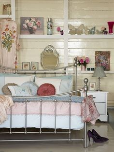 .#choiceisyours Vintage bedroom. I like the shelves.#inspiration #herstyle