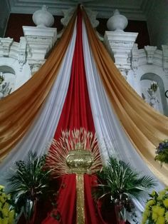 altares Church Flower Arrangements, Church Flowers, Church Altar Decorations, Diy Party Decorations, Corpus Christi, Communion Centerpieces, Catholic Altar, Feast Of Tabernacles, Santa Cecilia