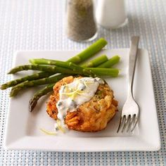 Salmon cakes with caper mayonnaise This dinner recipe gives you a new way to enjoy heart-healthy salmon. Diabetic Salmon Recipe, Salmon Recipes, Fish Recipes, Seafood Recipes, Great Recipes, Dinner Recipes, Cooking Recipes, Favorite Recipes, Diabetic Recipes