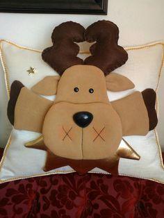 Cojin reno 1 Gingerbread Cookies, Christmas Decorations, Cushions, Christmas Crafts, Travel Pillows, Christmas Cushions, Decorated Flip Flops, Decorations, Bathroom Mold