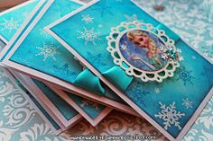 How to make these Elsa Frozen DIY party invitations with free tutorial. #frozenparty #distressinks