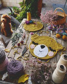 Crochet Pillow, Knit Crochet, C2c, Crochet Gifts, Baby Booties, Clothing Patterns, Baby Knitting, Straw Bag, Crochet Earrings