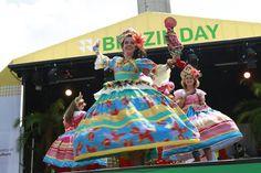 Hoje é dia de Brazil Day em Londres. O evento vai celebrar um ano para a Olímpiada e Paraolimpíada do Rio de Janeiro. Além de música ao vivo de ritmos representativos da diversidade cultural do Brasil, como a bossa nova e o maracatu, até o moderno tecnobrega, o evento receberá atrações de vôlei de praia, aula de fitness, flash mob de forró e um bloco de carnaval de rua em plena Trafalgar Square, tradicional praça londrina utilizada para comemorações de nível nacional ou mundial (via…