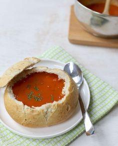 Romige tomatensoep in een broodje. Geserveerd in een Italiaanse bol. Het is een super simpel recept, maar als je dit serveert ziet het er erg leuk uit.