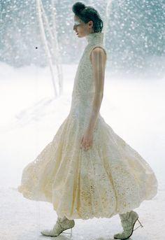 The Overlook, Erin Connor at Alexander McQueen Fall/Winter 1999 Moda Fashion, Fashion Art, Fashion Show, Fashion Design, Fashion Glamour, Timeless Fashion, Runway Fashion, High Fashion, Erin O'connor