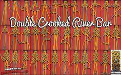 Die Crooked River Bar von TIAT (JD.Lenzen) ist schon vor einer halben Ewigkeit vorgestellt worden, Zeit genug also den Knoten ein wenig aufzupimpen. Genau das hat Thomas *Budi Gunawan getan, er hat die Crooked River Bar in eine Double Crooked River Bar umgebaut. Das Muster ist immer noch gleich nur ist das Armband oder Halsband nun breiter (stattliche 36mm) und das bei einer Dicke von nur ca. 9mm.