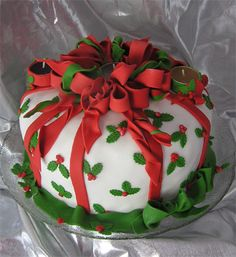 Christmas cake: For inspiration only but do-able! Such a pretty cake for Christmas! Pretty Cakes, Beautiful Cakes, Amazing Cakes, Christmas Sweets, Christmas Baking, Christmas Wedding, Holly Christmas, Christmas Cakes, Christmas Fruitcake