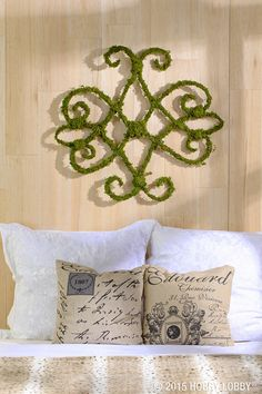 We used wired moss vine to make this gorgeous wall décor. Click for instructions!