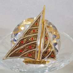This  #vintage Damascene sailboat ship brooch is absolutely lovely!  It features a large Damascene sailboat style ship accented with red enamel dots on the sails and intrica... #ecochic #etsy #jewelry #jewellery ➡️ http://jto.li/wXsYj