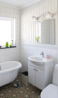Panelskivan Pärlspont som möter kakel i ett badrum. #badrum #panel #brandens Med Panelskivan kan du lätt få din inredning i olika stilar. Allt från lantligt vintage till stilfull herrgård eller varför inte en strikt modern stil.