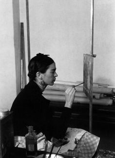 Frida Kahlo pintando un autorretrato en Instituo de Arte de Detroit en el año 1932