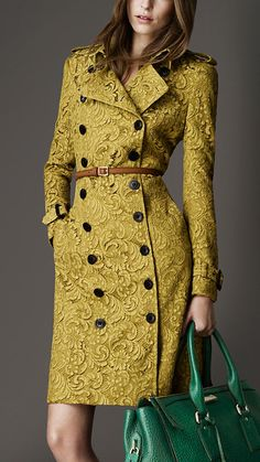 Langer Spitzentrenchcoat | Burberry Awesome especially with the teal bag.