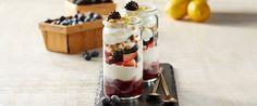 Παρφέ με στραγγιστό γιαούρτι και μούρα | Go Greece Eat Breakfast, Breakfast Recipes, Breakfast Ideas, Sausage Biscuits, Yogurt Bowl, Greek Yogurt Recipes, Cereal Recipes, Healthy Drinks, Healthy Eats