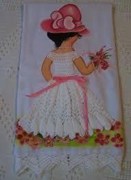 Resultado de imagem para croche vestido boneca pano de prato Crochet Skirts, Doll Clothes, Decoupage, Apron, Dolls, Summer Dresses, Lady, Fashion Designers, Projects