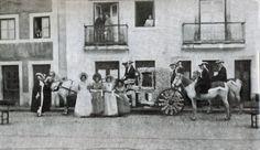 Carnaval de 1940, mostra o conjunto que conquistou o primeiro prémio com o tema 'Batalha de Flores'. A foto foi tirada na Rua Serpa Pinto e a alegoria é da Mocidade Portuguesa - Rio Maior | Portugal