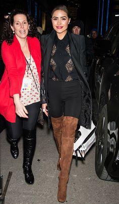 Olivia Culpo com look todo preto e bota over the knee marorm.