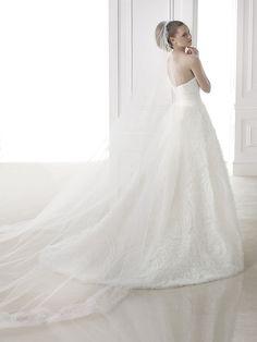 Brautkleid aus der Pronovias Brautmoden Kollektion 2015 :: bridal dress from the 2015 Pronovias collection