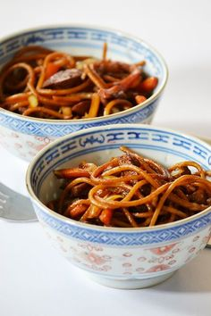 A férjem főz: Csirkés sült tészta (Chicken Chow Mein) - Moksha. Chicken Chow Mein, Cookie Cups, Onion Rings, Chow Chow, Kitchen Hacks, Wok, Smoothies, Bacon, Food And Drink