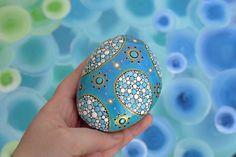 Cette pierre a été peint amoureusement conçue. J'ai peint la pierre avec la technique de dosage. Il est merveilleusement adapté pour la décoration de l'appartement, comme un cadeau spécial, presse-papiers et plus encore. La face arrière de la pierre est non peinte. La pierre a été peinte à lacrylique et scellée avec de la laque transparente. Il peut être utilisé à lextérieur seulement. Dimensions : 10 x 7 cm x 5 cm Poids : environ 500 g
