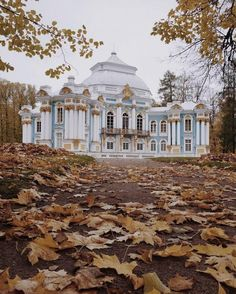 Images that capture my eyes representing plenty of my dreams. Russian Image, Russian Architecture, Autumn Aesthetic, Amazing Buildings, Petersburg Russia, Fall Photos, Mansions, House Styles, City
