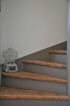 Traptreden schuren in neutrale kleur beitsen. Stootborden grijs schilderen. Welke.nl, Marington.nl