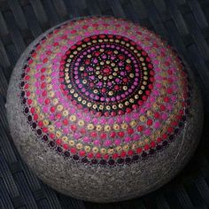 Natursteine bemalen Rugs, Home Decor, Painted Rocks, Painting On Stones, Mandala Rocks, Natural Stones, Painting Art, Homemade Home Decor, Types Of Rugs
