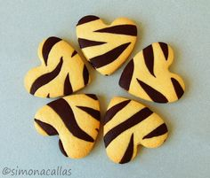 Frusecuri de post biscuiti zebra Party Desserts, Cookie Desserts, Cookie Recipes, Zebra Cookies, Sugar Cookies, Chocolate Sweets, Love Chocolate, Mochi Cake, First Birthday Party Themes