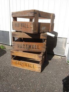 Vanhoja Hartwallin puukoreja/pullokoreja/juomakoreja.  Ajan patinaa, mutta ehjiä ja tukevia. Näitä löytyy 3 kpl.  36 x 36 cm, korkeus 22 cm. MYYTY.