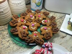Gingerbread Reindeer A perfect gift for teachers/neighbours and a fun way to get the kids involved. Make bog standard gingerbread men, turn them upside down and add Curly Wurly antlers and Smartie noses.