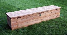 Kraftige 45mm Lærketræsplanker er benyttet til fremstillingen af denne praktiske bænk. Heri kan du opbevare båludstyr og andet grej, som er rart a...