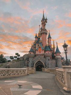 Disneyland Paris Castle, Disneyland World, Disney World Parks, Wallpaper Iphone Disney, Cute Disney Wallpaper, Disney Aesthetic, Travel Aesthetic, Disney World Pictures, Beautiful Castles