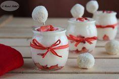 Ricetta delle coppe alle fragole e crema diplomatica. Un'idea golosa e carina per servire le fragole in un buffet o per occasioni speciali.
