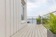 Terrasse: Trebitt Terrassebeis 9072 Naturgrå. Hytte: Jotun 0182 Perlegrå. Exterior Colors, Garage Doors, Colours, Live, Outdoor Decor, Home Decor, Beige, Patio, Decoration Home