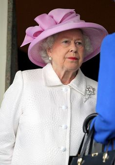 Queen Elizabeth II in The Queen at the Royal Ascot day 2. Reina De  InglaterraDuqueSombrerosAscot ... a694243dbdc