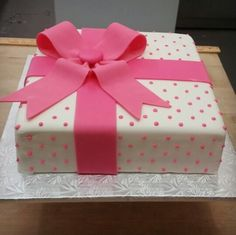 gift box cake Gift Box Cakes, Gift Cake, Announcement, Fondant, Cake Decorating, Gift Wrapping, Nyc, Desserts, Kids