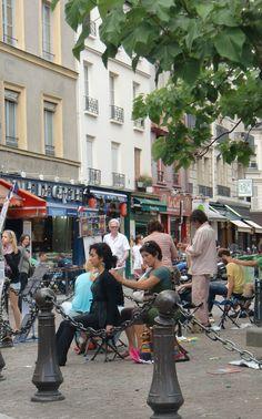 Getting a massage Place de la Contrescarpe (cw12-5)