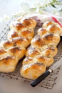 Let og lækkert brød til ost eller som tilbehør til en forret. Du behøver ikke flette brødet, det smager lige så godt, hvis du former det som sædvanligt