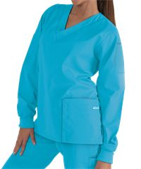 Butter-Soft Scrubs Unisex Long Sleeve Scrub Top is complete with ribbed cuffs and 4 pockets for storage. Shop for unisex scrubs in a spectrum of colors at UA! Medical Scrubs, Nursing Scrubs, Cute Scrubs, Scrubs Uniform, Scrub Jackets, Scrub Life, Scrub Tops, Blue Tops, Cute Outfits