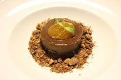 Morbido di cioccolato con marmellata di albicocca, crumble e biscuit di cioccolato.