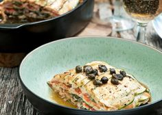 Dit recept van Pascale Naessens uit Puur Pascale 2 is om duimen en vingers bij af te likken. Geniet van courgette met gerookte zalm, sojasaus en kappertjes. I Love Food, A Food, Good Food, Food And Drink, Yummy Food, Pureed Food Recipes, Good Healthy Recipes, Healthy Food, Moussaka