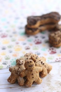 Homemade Gingerbread Dog Treats with Carob Icing If your pup goes crazy during your holiday baking when he sniffs out the delicious aroma of cinnamon, ginger, and chocolate in the air he is probabl… Dog Biscuit Recipes, Dog Treat Recipes, Dog Food Recipes, Homemade Dog Cookies, Homemade Dog Food, Pet Treats, Healthy Dog Treats, Dog Biscuits, Your Pet